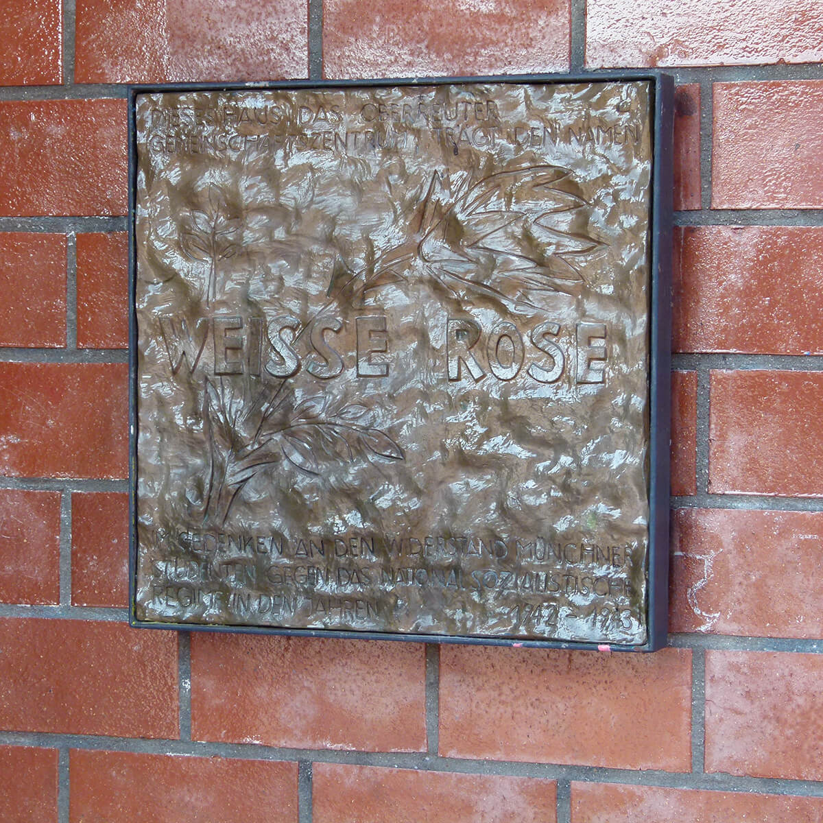 Barbara Jäger OMI Riesterer Gemeinsame öffentliche Werke Weiße Rose Bronzeplatte Karlsruher Oberreut