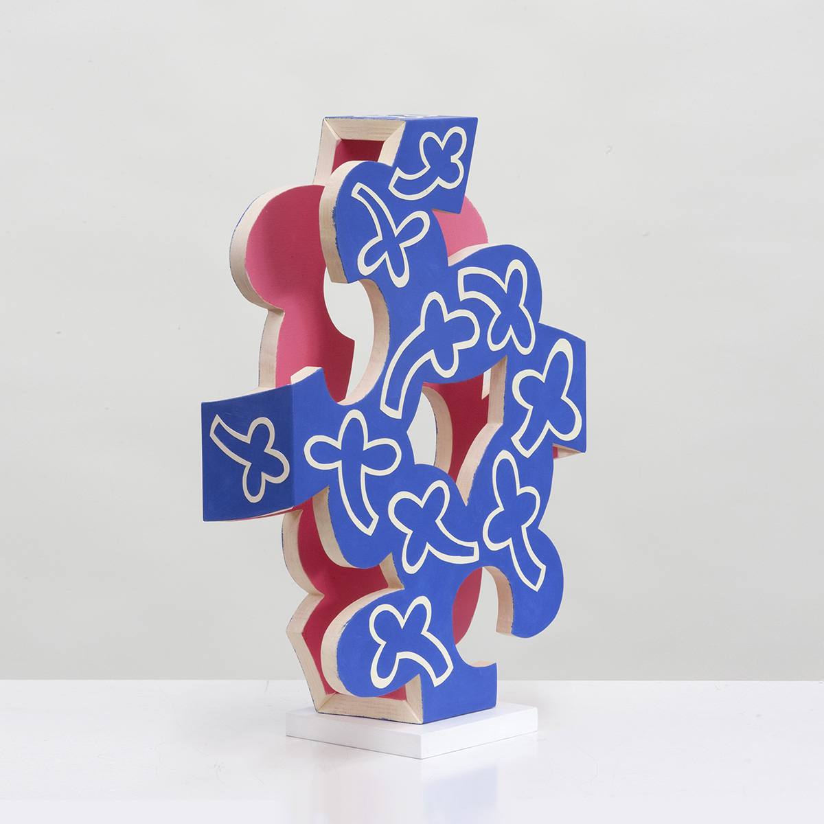 Barbara Jäger Skulpturen Blau mit weissen Blüten Holz Acryl Karton