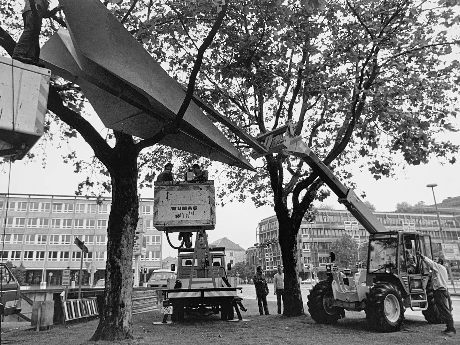 Bildhauer OMI Riesterer Karlsruhe Projekte Kunst im öffentlichen Raum Flieger im Baum