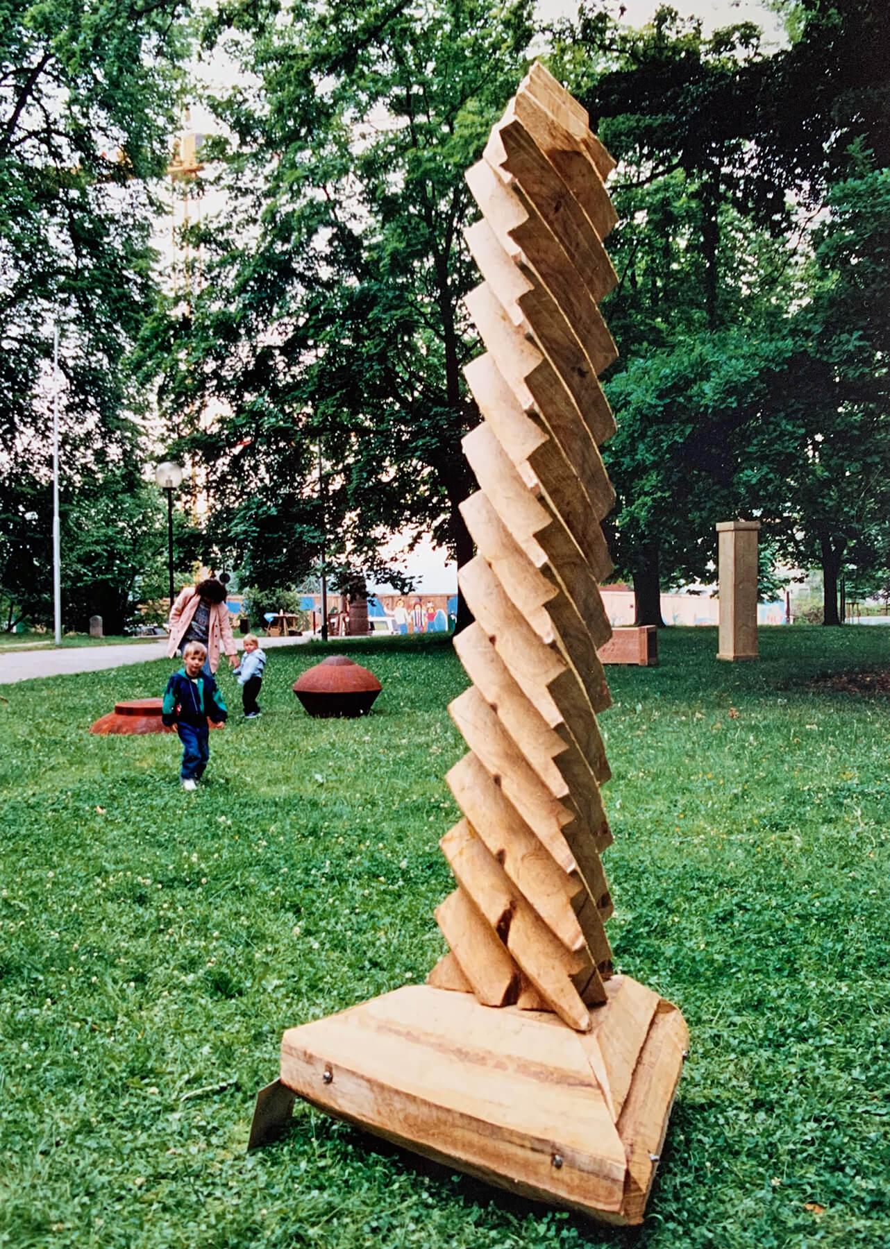 Bildhauer OMI Riesterer Skulpturen Schraube Akazie