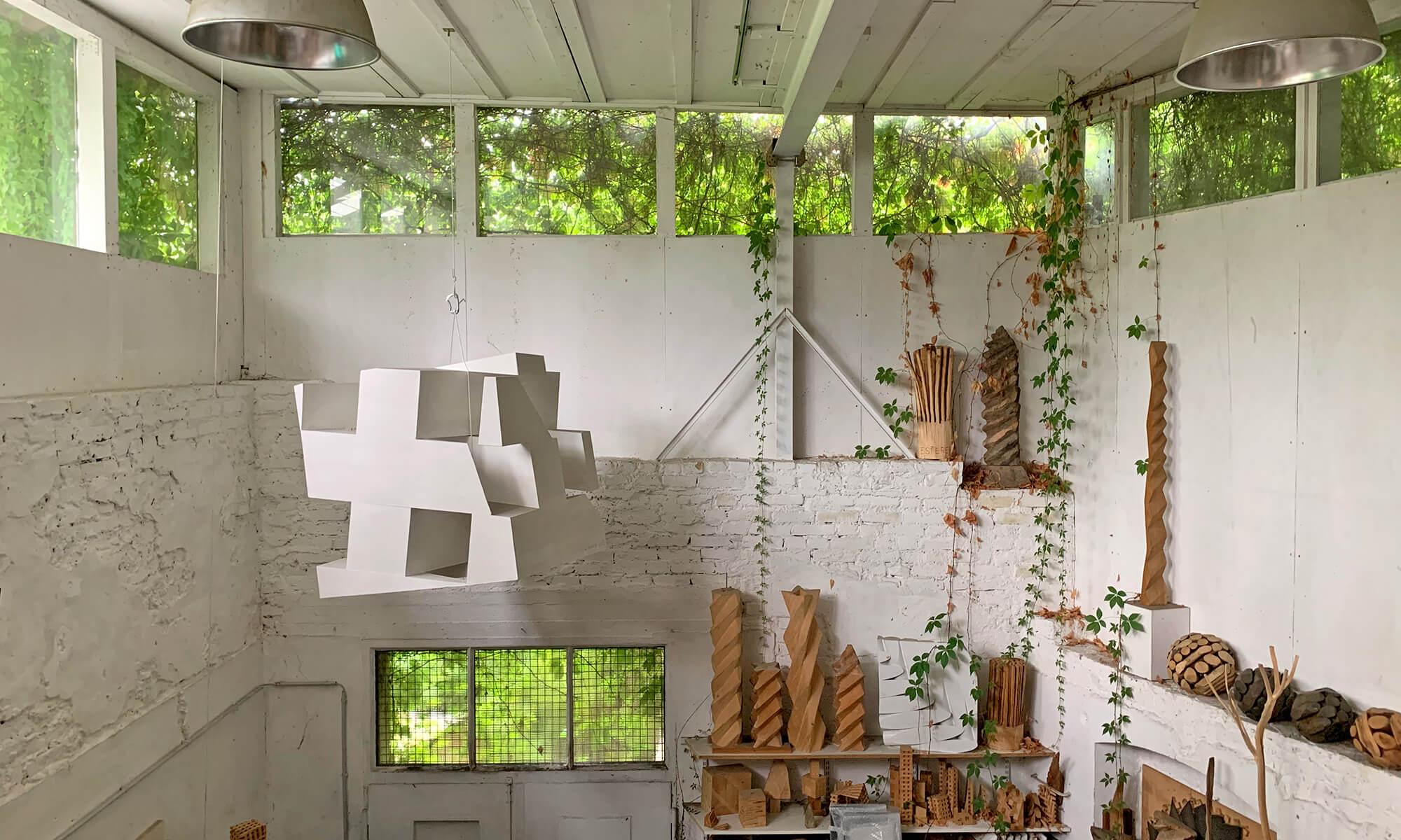 Bildhauer OMI Riesterer Skulpturen Hängewürfel Atelier Bulach
