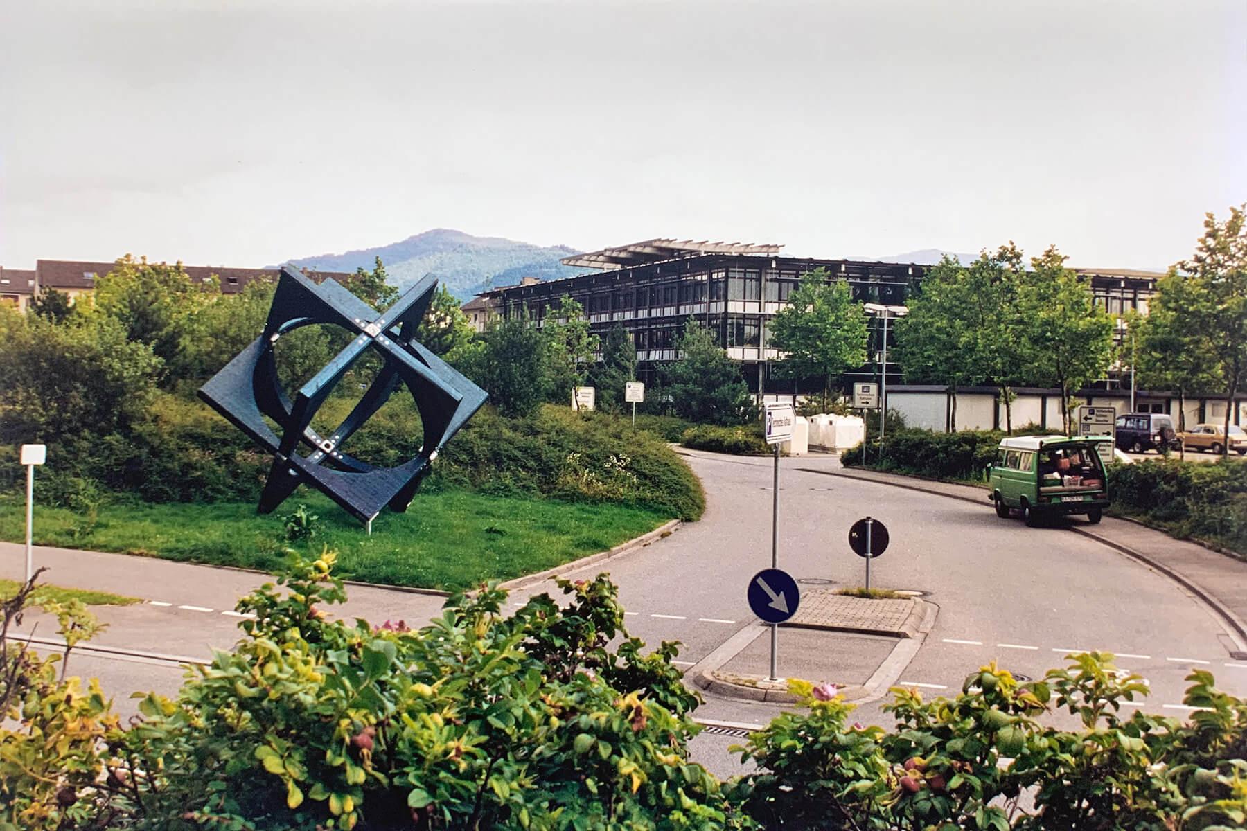 Bildhauer OMI Riesterer Karlsruhe Projekte Kugel Würfel Technisches Rathaus Freiburg