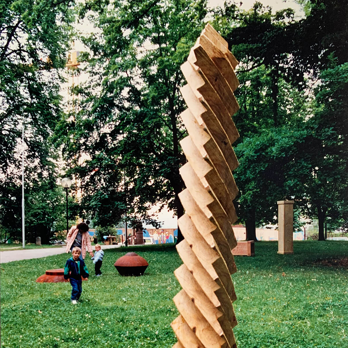 Bildhauer OMI Riesterer Skulpturen Werkgruppe 2 Technische Gegenstände aus Holz