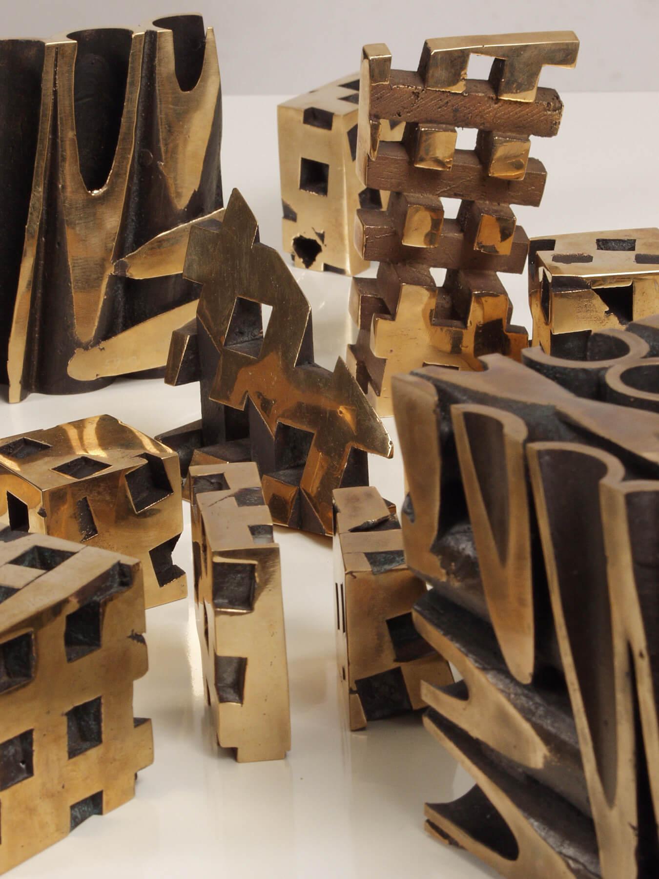 Bildhauer OMI Riesterer Skulpturen Würfel Wände Bronze